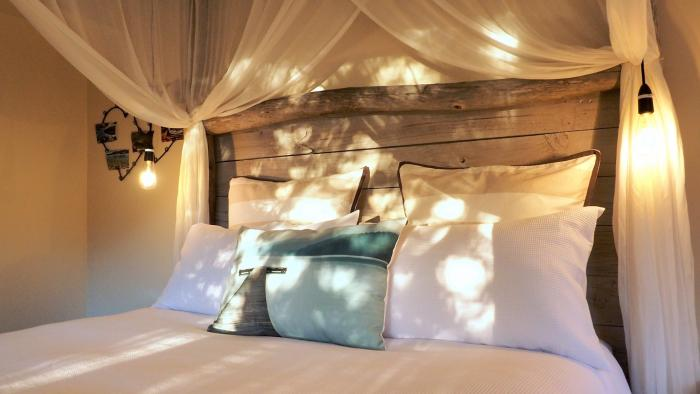 Gorgeous bed setting for a Romantic getaway Cable Bay Lodge - Treehouse Hideaway