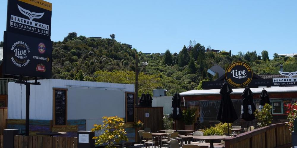 beer garden and mermaids beach house Kaiteri Lodge